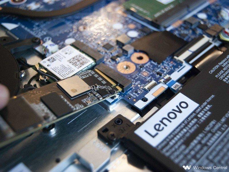Inserte el nuevo SSD en la ranura
