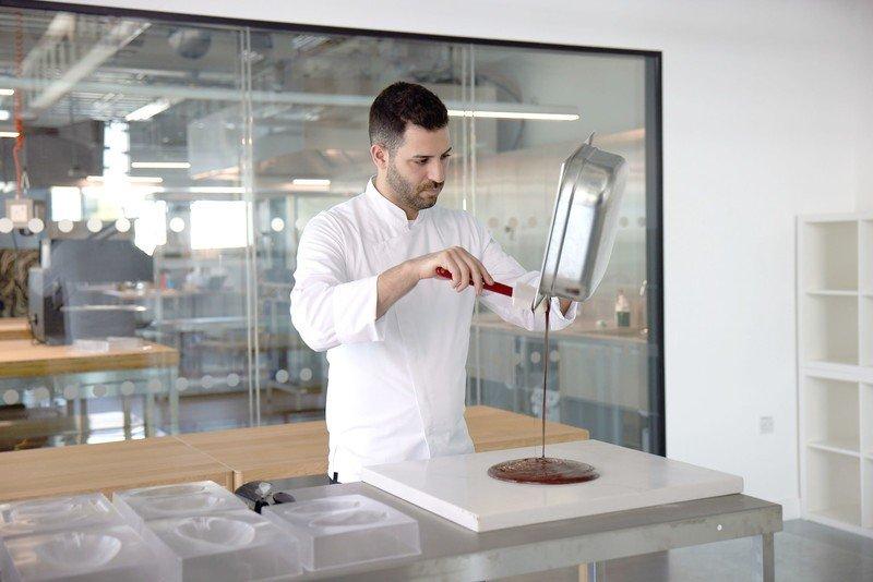Philip Khoury vierte chocolate en el plato